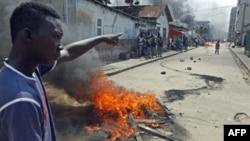 Pristalice opozicionog lidera Alasana Uatare pale gume na ulicama Abidžana u znak protesta zbog, kako smatraju, krađe izbora, 4. decembar 2010.