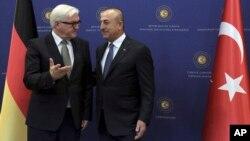 Menlu Jerman Frank-Walter Steinmeier (kiri) sebelum pembicaraan dengan Menlu Turki, Mevlut Cavusoglu di Ankara hari Selasa (15/11).