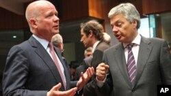 Ngoại trưởng Bỉ Didier Reynders (phải) và Ngoại trưởng Anh William Hague dự hội nghị ở Brussels, Bỉ