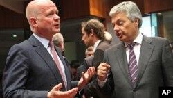 유럽연합외무장관들이 27일 벨기에 브뤼셀에서 대 시리아한 무기금수 조치를 논의 중인 가운데, 윌리엄 헤이그 영국 외무장관(왼쪽)이 디디에 레인더스 벨기에 외무장관과 대화하고 있다.