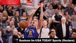 Nikola Jokić zakucava na šestoj utakmici prvog kola plej-ofa u San Antoniju (Foto: Reuters/Soobum Im-USA TODAY Sports)
