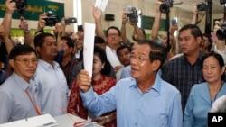 Thủ tướng Campuchia Hun Sen tại một điểm bỏ phiếu hôm 29/7.