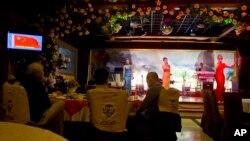 지난 2월 중국 베이징의 북한 식당 옥류관에서 북한 종업원들이 공연하고 있다. (자료사진)