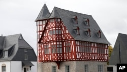 "Esta es la fachada de la millonaria residencia del ""obispo del lujo""."