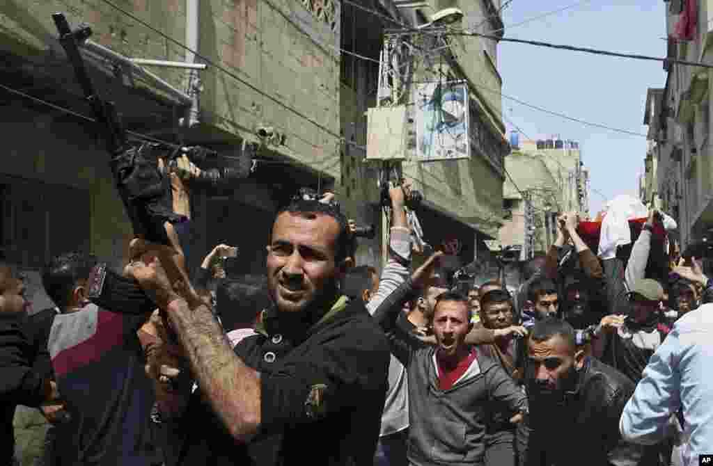 12일 팔레스타인 가자지구에서 이스라엘군의 공습으로 숨진 하예 레흐의 장례식이 열린 가운데, 시민들이 고인의 시신을 들고 이동하고 있다. 이스라엘군은 하마스가 가자지구 장벽 주변에서 이스라엘군 차량에 폭탄 공격을 한 것에 대응해 공습을 가했다고 밝혔다.