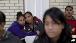 Di dân đến từ Trung Mỹ đang chờ được giúp đỡ tại một nhà thờ Công giáo ở McAllen, bang Texas, Mỹ.