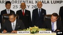 Bộ trưởng Nội vụ Malaysia Hishammuddin Hussein và Bộ trưởng Di trú Australian Chris Bowen ký thỏa thuận trao đổi người tị nạn tại Kuala Lumpur, ngày 25/7/2011 (ảnh tư liệu)