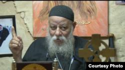 Pendeta Koptik Samaan berbicara mengenai situasi kelompok minoritas Kristen Koptik di Mesir pasca kudeta militer (18/7). (VOA/Arash Arabasadi)