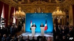 Los presidentes de Francia, Francois Hollande, derecha, y de Irak, Fouad Massoum, inauguran la conferencia internacional sobre el EIIL en París.