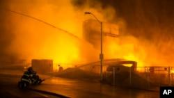 Пожарникарите интервенираат за време на немирите во Балтимор, на 27-ми април 2015-та