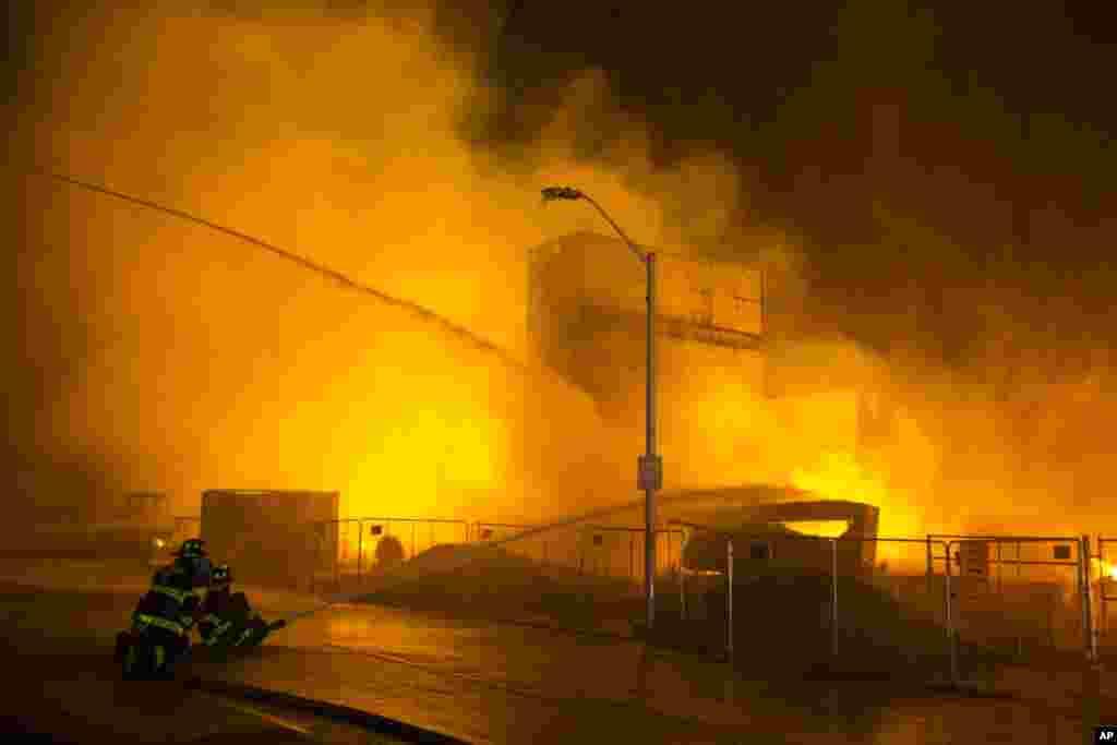 Los bomberos tratan de sofocar un incendio en una farmacia.