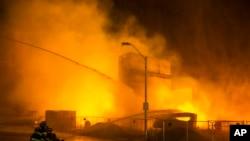 Vatrogasci nastoje da obuzdaju jedan od mnogih požara tokom nereda u Baltimoru, 27 aprila 2015.