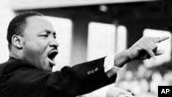 Martin Luther King Jr akihutubia.