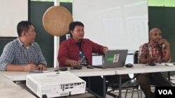 Manajer Kampanye Iklim Eksekutif Nasional WALHI Yuyun Harmono (tengah) dan Direktur Koalisi Rakyat untuk Hak Atas Air Muhammad Reza saat berdiskusi di kantor Walhi, Jakarta, Senin (24/6). (VOA/Sasmito)