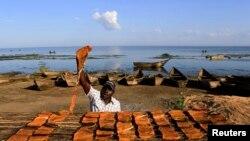 Un pêcheur sur le lac Albert en Ouganda