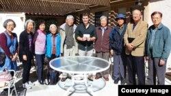 링크 저스틴 휠러 부대표(가운데)가 라구나 우즈 한인회 사람들에게 3천 달러를 기증하고 있다. (자료사진)