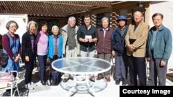 미 서부 캘리포니아 주 라구나 우즈 한인회 사람들이 링크 저스틴 휠러 부대표(가운데)에게 탈북자 구출 기금 3천 달러를 기증하고 있다.