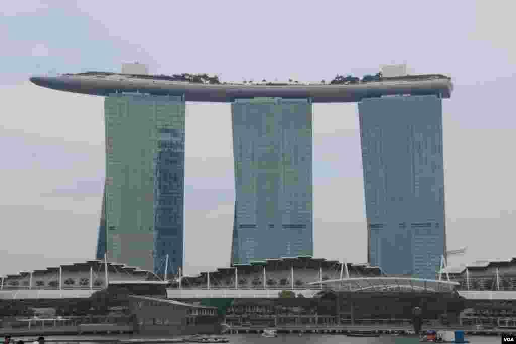 استخری بر روی بام سه ساختمان ۵۵ طبقه ای. این بنا با کازینو، هتل و استخر، «شنهای ساحلی خلیج» نام دارد و از سال ۲۰۱۰ جاذبه های گردشگری سنگاپور شد.