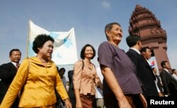 Sam Rainsy Party (SRP) members Chiv Kata, Thak Lany and Mu Sochua (L to R) walk during a protest in Phnom Penh November 16 , 2009. Cambodia's parliament voted overwhelmingly to remove the immunity of opposition leader Sam Rainsy on Monday in a move likely to trigger concerns the government is using its power to intimidate its opponents. REUTERS/Chor Sokunthea