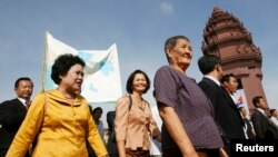 FILE - Sam Rainsy Party (SRP) members Chiv Kata, Thak Lany and Mu Sochua (L to R) walk during a protest in Phnom Penh November 16 , 2009.