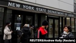 Njujork, građani isred zgrade Državnog sekretarijata za rad (Foto: REUTERS/Andrew Kelly)
