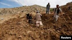지난해 5월 아프가니스탄 바다크샨 주 아르고에서 발생한 산사태 현장에서 주민들이 시신을 수습하고 있다. (자료사진)