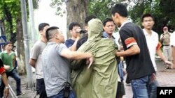Công an mặc thường phục bắt giữ biểu tình sau khi giải tán cuộc tuần hành chống Trung Quốc tại Hà Nội, ngày Chủ nhật 21/8/2011
