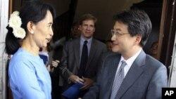 ຜູ້ນໍາປະຊາທິປະໄຕໃນມຽນມາ ທ່ານນາງ Aung San Suu Kyi ຈົບມືກັບທ່ານ Joseph Y. Yun ຮອງ ລັດຖະມົນຕີຊ່ວຍວ່າການຕ່າງປະເທດສະຫະລັດ ຮັບຜິດຊອບຝ່າຍກິດຈະການເອເຊຍຕາເວັນອອກແລະປາຊີຟິກ ລຸນຫລັງການພົບປະກັນ ທີ່ບ້ານຂອງທ່ານນາງ ໃນນະຄອນຢ່າງກຸ້ງ, ວັນສຸກ ທີ 10 ທັນວາ ນີ້. (AP Photo/Khin
