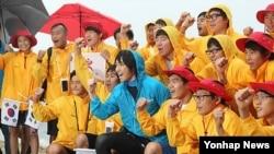 13일 오전 울진 죽변항 인근 바다에서 독도 횡단 수영 릴레이를 시작한 가수 김장훈(가운데)과 한국체육대학교 학생들.
