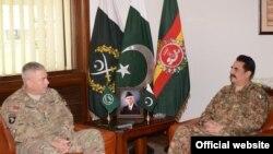 Panglima militer Pakistan Jenderal Raheel Sharif (kanan) berbicara dengan Jenderal AS John Campbell (foto: dok).