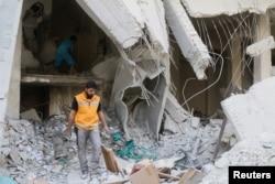 ພະນັກງານສະພາກາແດງທຳການສຳຫຼວດເບິ່ງອຸບປະກອນທາງການແພດ ໃນະຖານທີ່ທີ່ຖືກທຳລາຍໃນເຂດ Tariq al-Bab ຄຸ້ມບ້ານໃນເມືອງ Aleppo, Syria, 30 ເມສາ, 2016.