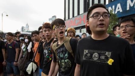 Sinh viên Hong Kong biểu tình hô khẩu hiệu bên ngoài Quảng trường Bauhinia Golden, địa điểm tổ chức lễ chào cờ kỷ niệm ngày Quốc khánh Trung Quốc, 1/10/2014.