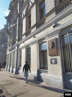 位于莫斯科市中心的前苏联秘密警察契卡总部办公大楼。上个世纪30年代时,部分办公室曾被当作毒药实验室。(美国之音白桦拍摄)