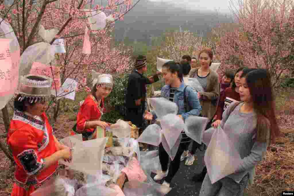 چند فروشنده محلی در یکی از کوهپایه های چین، پلاستیک هایی از هوا را به توریستها می فروشند. این پلاستیک ها از هوای خوب کوهستانی پر شده اند!