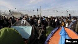 Para pengungsi dan migran di perbatasan Yunani dan Makedonia, dekat desa Idomeni, Yunani (5/3).