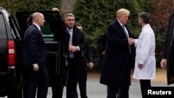 Le président américain Donald Trump serrant la main du Dr Ronny Jackson après son examen physique annuel au Centre médical militaire national Walter Reed à Bethesda, Maryland, États-Unis, le 12 janvier 2018.