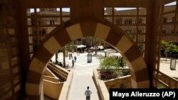 Sejumlah mahasiswa berjalan di Universitas Amerika diKairo di New Cairo, Mesir. Universitas yang didirikan pada tahun 1919 oleh seorang misionaris Amerika. (Foto: AP/Maya Alleruzzo)