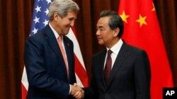 Госсекретарь США Джон Керри и министр иностранных дел Китая Ван И (архивное фото)