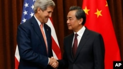 جان کری، وزیر خارجه آمریکا (راست) و وانگ یی، وزیر خارجه چین (راست)