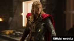 "Chris Hemsworth dalam film ""Thor: The Dark World."""