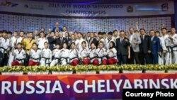 세계태권도연맹(WTF)과 국제태권도연맹(ITF) 시범단이 12일 러시아 첼랴빈스크 트락토르 아레나에서 열린 2015 세계태권도선수권대회 개회식에서 시범공연을 선보이고 나서 함께 기념촬영하고 있다.<세계태권도연맹 제공>