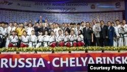 세계태권도연맹(WTF)과 국제태권도연맹(ITF) 시범단이 지난해 5월 러시아 첼랴빈스크 트락토르 아레나에서 열린 2015 세계태권도선수권대회 개회식에서 시범공연을 선보이고 나서 함께 기념촬영하고 있다.<세계태권도연맹 제공>