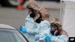 """美國科羅拉多國民警衛隊醫療人員在丹佛一個""""得來速""""(drive-through)檢疫站為民眾做新冠病毒檢測。 (2020年3月14日)"""