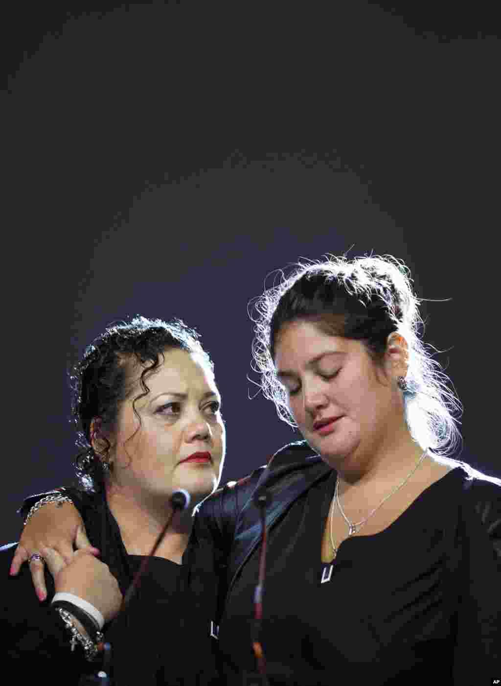 Kerabat dan kawan para korban bencana Malaysia Airlines bernomor penerbangan MH17 menghadiri upacara peringatan di RAI, Amsterdam (10/11).(AP/Jasper Juinen)
