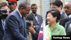 박근혜 한국 대통령(오른쪽)이 26일 에티오피아 아디스아바바 대통령궁에서 열린 공식환영식에서 하일레마리암 데살렌 에디오피아 총리의 영접을 받고 있다.