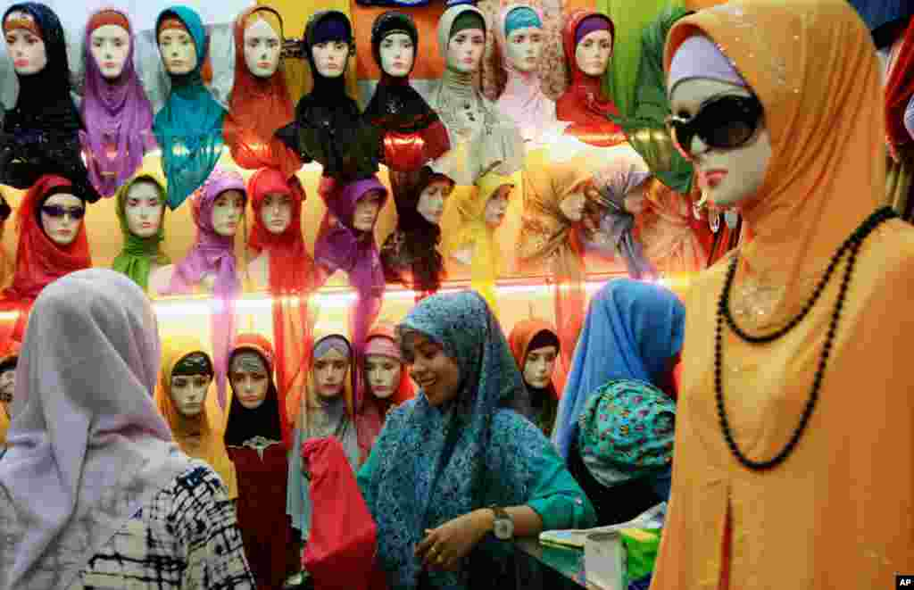 Muslim women browse for headscarves at a market in Banda Aceh, Aceh province, Indonesia, July 29, 2013. e