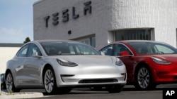 """Dua mobil """" 2018 Model 3"""" Tesla dipajang di dealer Tesla di kota Littleton, Colorado (foto: ilustrasi)."""