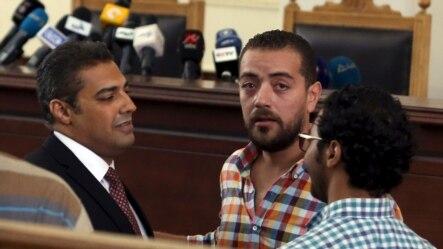 Hai phóng viên của hãng Al Jazeera: Mohamed Fahmy (trái) và Baher Mohamed (giữa) tại toà án ở Ai Cập, ngày 29/8/2015
