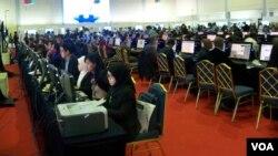 Suasana Media Center menampung 1.175 jurnalis dari 264 media peliput KAA ke 60, Rabu 22/4 (VOA/Iris).