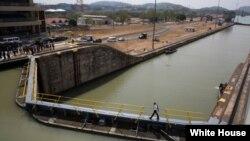 美国总统奥巴马在巴拿马安贡参观运河控制塔后在巴拿马运河的拉弗洛雷斯船闸上漫步。(2015年4月10日)